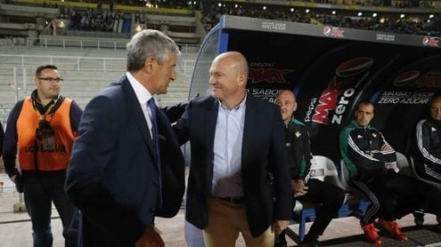 Quique Setién saluda a Pepe Mel en un Las Palmas-Betis.