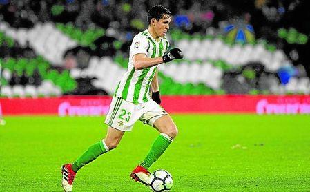 Aïssa Mandi conduce un balón durante el Betis-Espanyol.