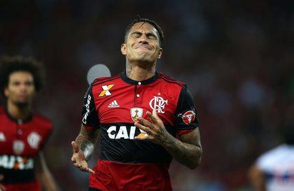 El peruano Paolo Guerrero es recibido con abrazos a su regreso al Flamengo