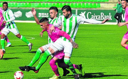 Nacho y Pozo, arriba presionando a un jugador del Córdoba B, se pierden el choque de hoy.
