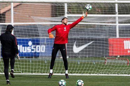 Oblak vuelve antes de la selección para tratarse con los médicos del Atlético