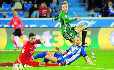 Loren Morón anotó ante el Alavés a los pocos minutos de que Setién introdujese el primer cambio para cerrar la goleada en Mendizorroza.