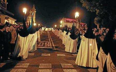 Imagen de los nazarenos de la Esperanza de Triana.