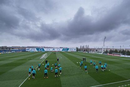 El Real Madrid termina de preparar el derbi con Varane en el grupo