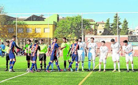 Jugadores del Torreblanca y el Cerro se saludan antes del encuentro que les enfrentó.