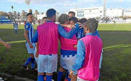 Los jugadores del Écija celebran el gol de Moyita en la banda de San Pablo.