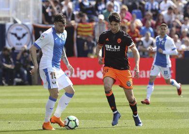 Carlos Soler alcanzará los 50 partidos de Liga en el Camp Nou