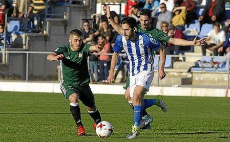 Moyita, presionado por dos jugadores del Betis B en el partido de San Pablo.