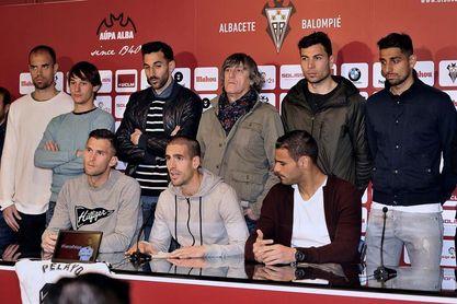 Novo, ya en planta, recibe visita de sus compañeros antes de jugar en Huesca