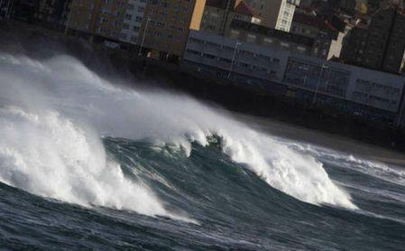 La policía rescata a un aficionado del Sevilla en la playa de Riazor