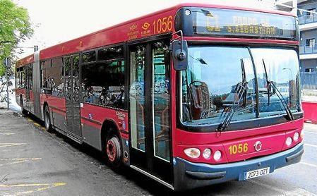Tussam denuncia a un menor por golpear en la cara a un conductor de autobús