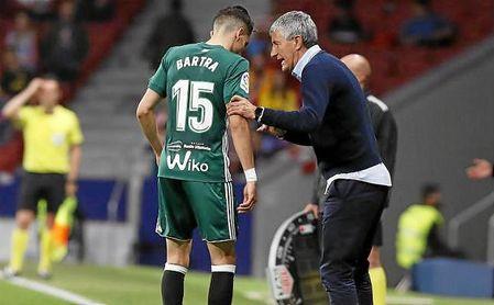 Setién conversa con Bartra en el partido ante el Atlético.