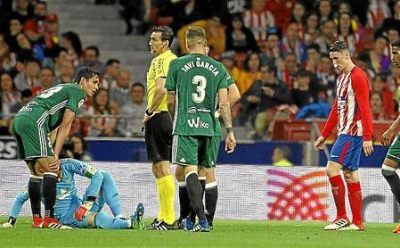 Dani Giménez, lesionado sobre el césped del Wanda Metropolitano.