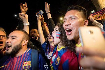 Unos 500 aficionados celebran el título de Liga del Barcelona en Canaletes