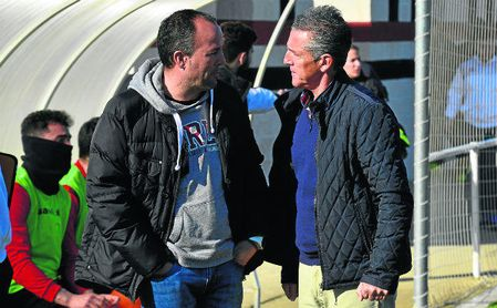 Antonio Jesús Falcón (izquierda) dialoga con Alejandro Ceballos, míster del Gerena.
