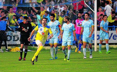 Curro anima a los seguidores corianos tras el 1-1 de Dani Casado ante el Algabeño.