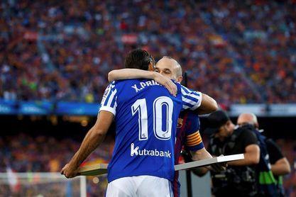 Iniesta y Xabi Prieto intercambian placas conmemorativas en su último partido