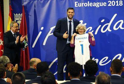 Manuela Carmena recibe a la plantilla del Real Madrid de baloncesto