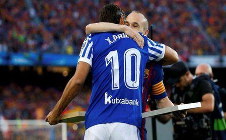 Xabi Prieto se abraza a Andrés Iniesta.