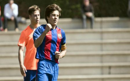 Ricard Puig celebra un tanto en las categorías inferiores del Barcelona.