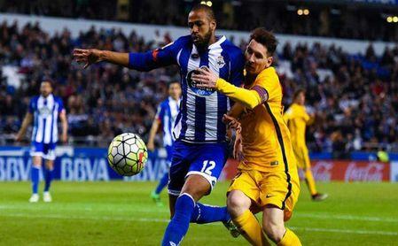 Sidnei pelea un balón con Messi.