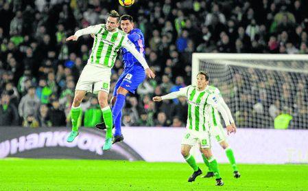 Fabián Ruiz salta con el zaguero del Leganés Unai Bustinza ante la mirada de Andrés Guardado.