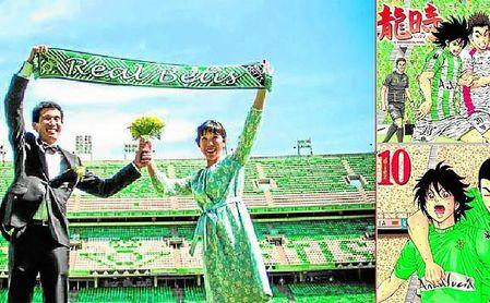 En octubre de 2015, Sh. Hasekura y Naoko Shigemori viajaron a Sevilla para cumplir su sueño de hacerse sus fotos de boda sobre el césped del estadio Villamarín; a la derecha, dos números del manga ´Ryuji´.