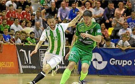 Miguel, del UMA Antequera, conduce un balón ante la presencia de Rubén Cornejo del Betis Futsal.