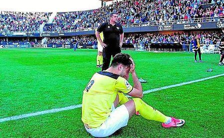 Imágenes del descenso del Écija a Tercera División en la última jornada de liga.