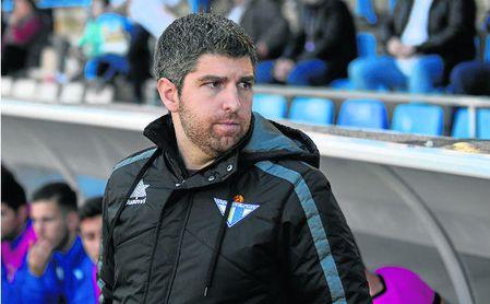 Marc Domínguez durante un partido en el banquillo del Écija.