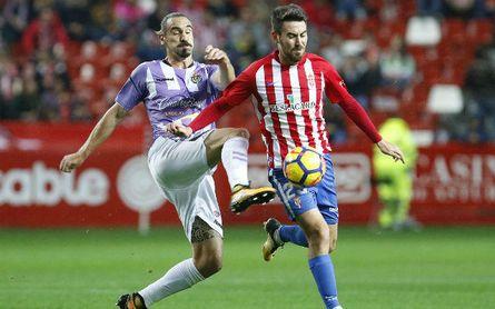 Borja y Moi Gómez pugnan por un balón el el partido liguero disputado en El Molinón.