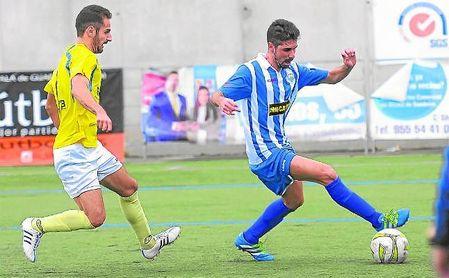 Antonio Hernández Leo ´Toni´ (derecha) controla el esférico en un choque de la 16/17.