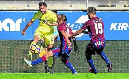 Inui y Luna presionan a Mario Gaspar durante el Villarreal-Eibar de la 16/17.
