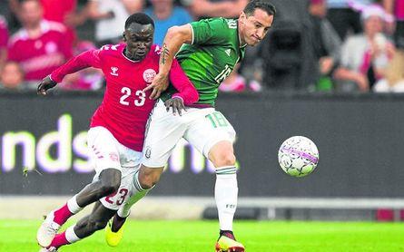 Andrés Guardado pugna con Pione Sisto durante el amistoso Dinamarca-México