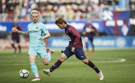 Takashi Inui ante el FC Barcelona.