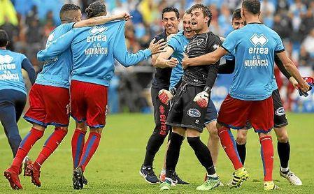 Aitor Fernández celebra con sus compañeros el pase al último ´play off´ por el ascenso.