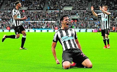 Mikel Merino, que cumplirá 22 años en nueve días, celebra su único gol (en 25 partidos oficiales) con la camiseta del Newcastle.