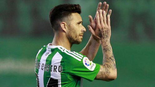 Rubén Castro aplaude a la afición del Real Betis durante un partido.