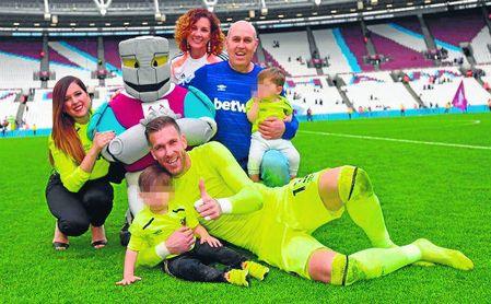 Un 'empujoncito' hacia la salida de Adrián del West Ham