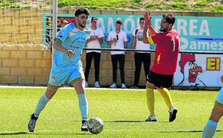 El delantero rojiazul ´Peluki´ reclama una acción en el Los Palacios-Algabeño disputado en la 16/17; a su izquierda, el lateral Mimi.