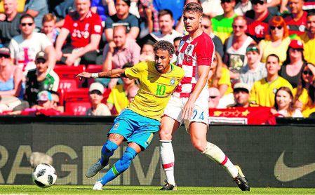 Caleta-Car, con el dorsal 24, forcejea con Neymar durante un amistoso previo al Mundial de Rusia.
