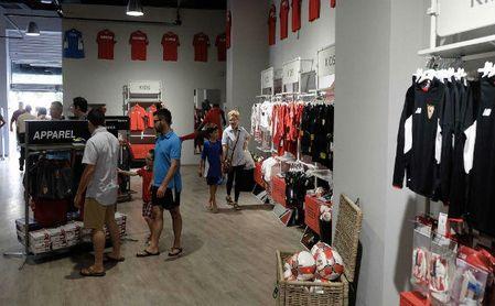 Imagen de la tienda oficial del Sevilla en su estadio.