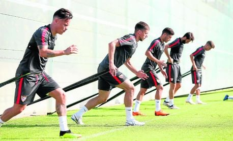 Lenglet entrena con sus compañeros.