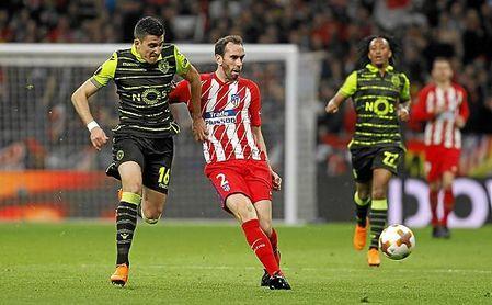 Rodrigo Battaglia lucha por el esférico con Diego Godín durante un partido de la última Europa League.