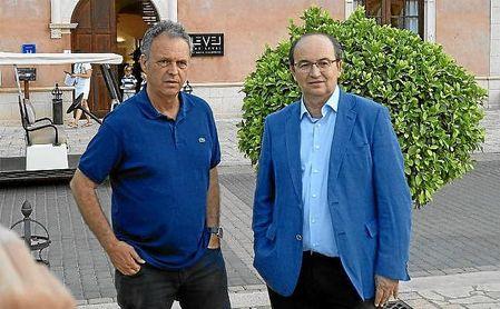 Joaquín Caparrós, junto a José Castro a la llegada a Benidorm.