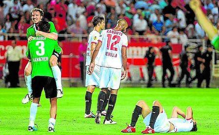 El Sevilla sólo pudo empatar 1-1 con el Hannover en casa tras caer 2-1 en la ida.
