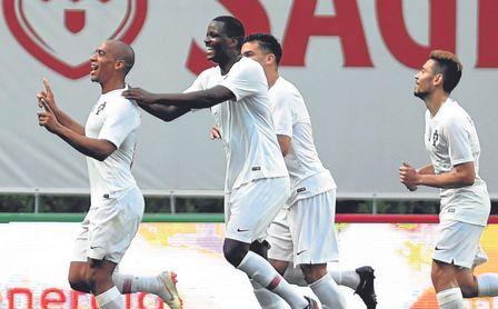 Su amigo Carvalho, primero en felicitar a Joao Mario por un gol.