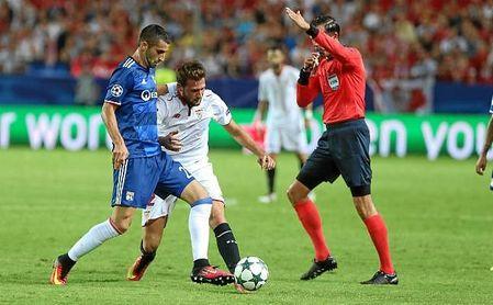 Gonalons pugna con Vázquez por un balón.