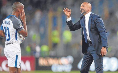 Luciano Spalletti junto a Joao Mario en un encuentro del Inter.