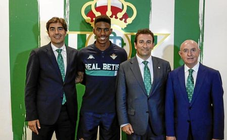 Junior Firpo posa con los dirigentes del Betis.
